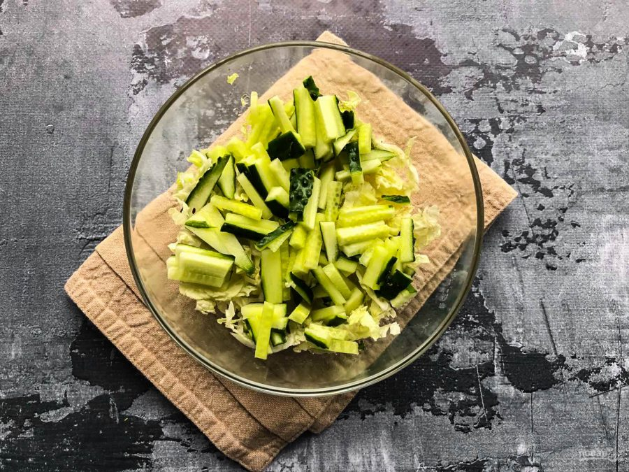 Салат с пекинской капустой и мидиями