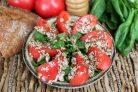 Салат из помидоров с кунжутом, семечками и семенами льна