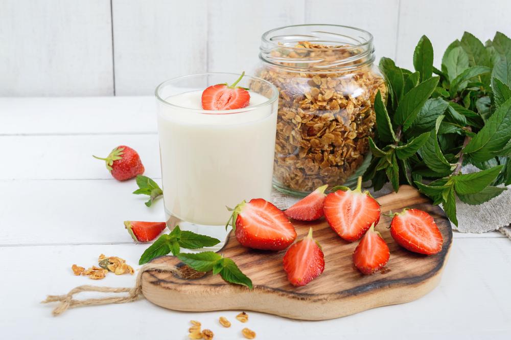 Гранола с клубникой и йогуртом на завтрак