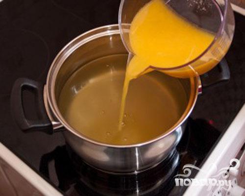 Добавляем выжатый нами сок и убираем с плиты.