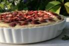 Пирог из слоеного теста с клубникой