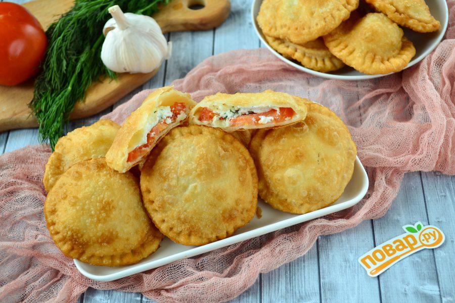 Жареные пирожки с помидорами и фетой