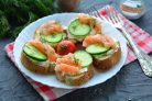 Бутерброды с рикоттой и красной рыбой