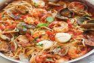 Спагетти с морепродуктами в томатном соусе
