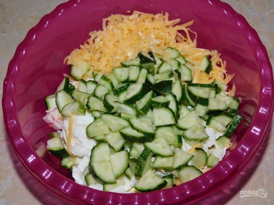 Салат с огурцами и крабовыми палочками