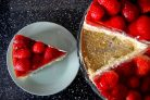Сметанный торт с клубникой