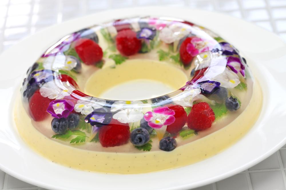 Десерт из желе, ягод и цветов