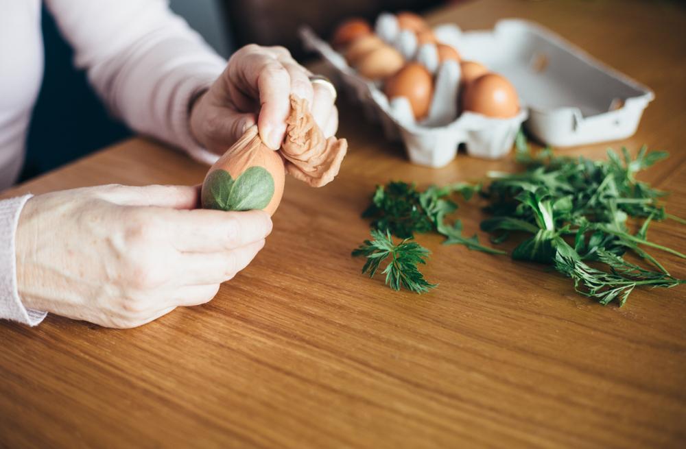 Окрашивание яиц луковой шелухой, шаг-2