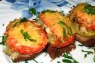 Свинина, запеченная с грибами помидорами и сыром