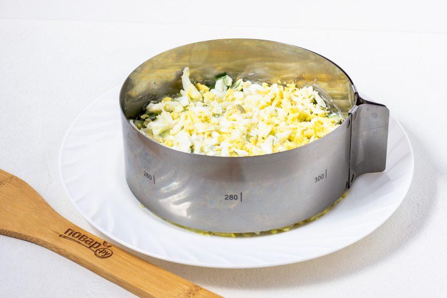 Салат с курицей, яйцом, грибами и огурцом