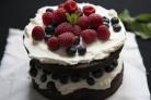 Шоколадный торт с черникой