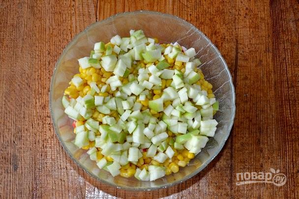 Крабовый салат с зеленым яблоком