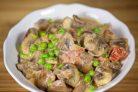 Тушеные грибы с зеленым горошком