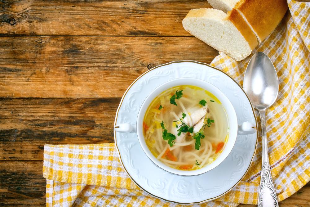 Суп с лапшой, курицей, овощами и свежей зеленью
