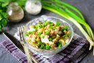 Салат из печени трески с горошком и огурцом