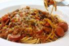 Спагетти с фаршем и колбасой под томатным соусом