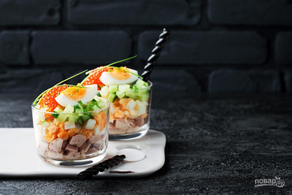 Салат в стакане с печенью трески и икрой