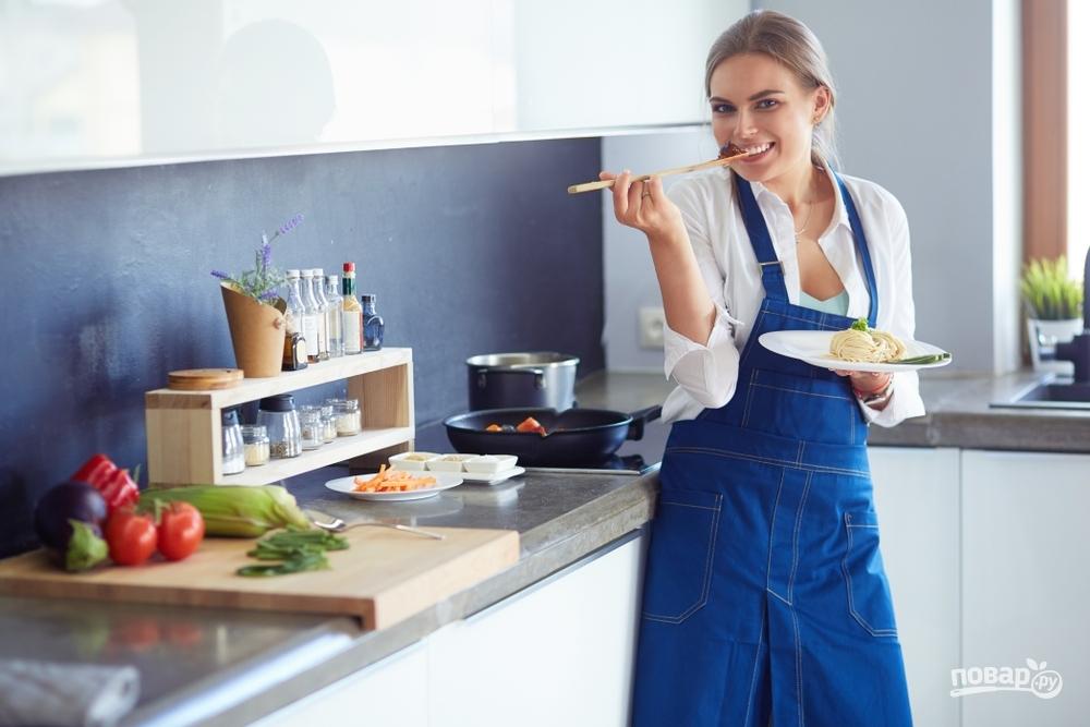 Женщина возле плиты