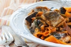 Скумбрия с морковью и луком