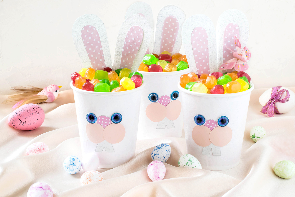 Конфеты в стаканчиках с зайцами на Пасху