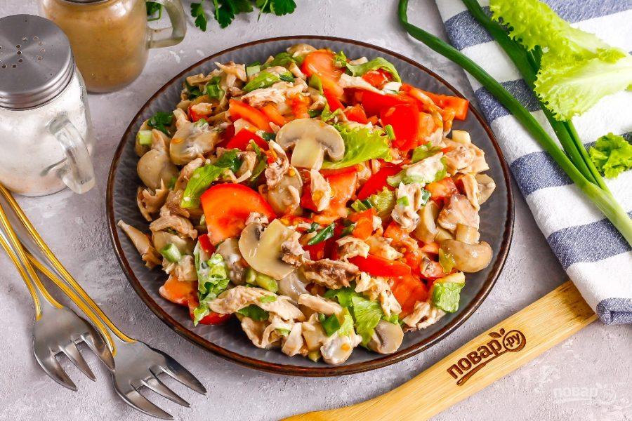 Салат из курицы и помидоров
