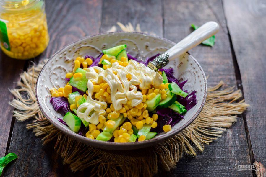Салат из трех ингредиентов: капусты, кукурузы, огурца