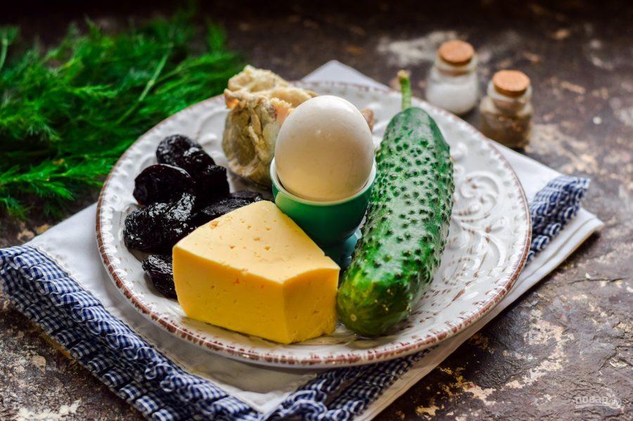 Ингредиенты для салата с курицей и черносливом