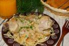 Куриные голени в луково-грибном соусе