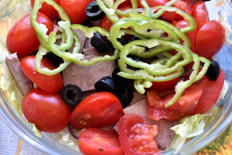 Салат с пряным языком и овощами