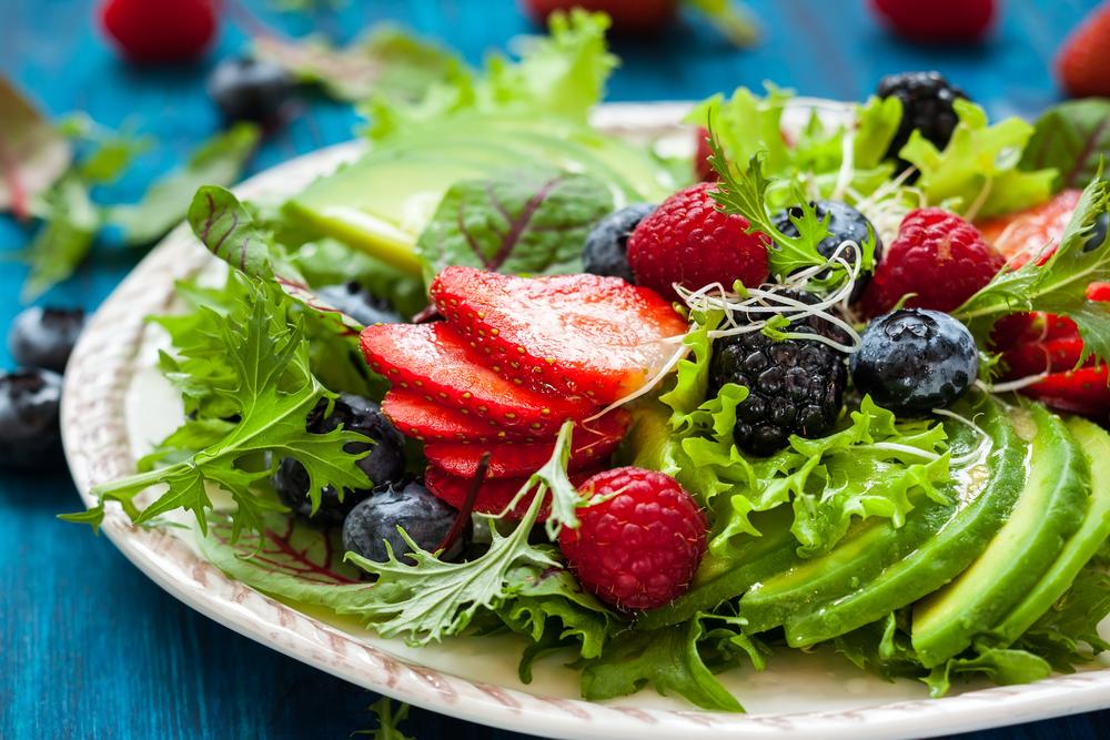 Зеленый салат с ягодами и авокадо
