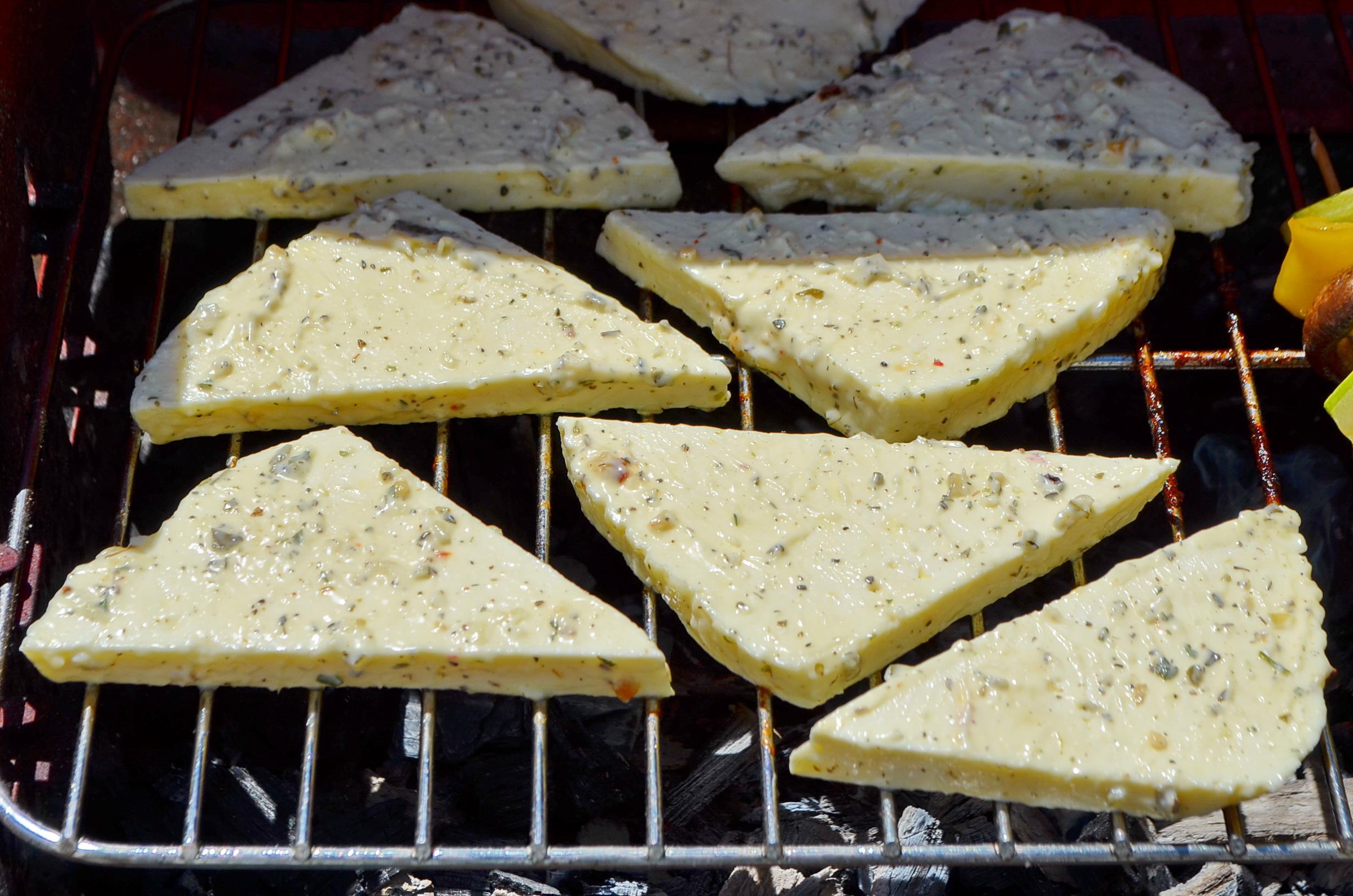 Сыр на мангале, шаг 3: жарим сыр на мангале