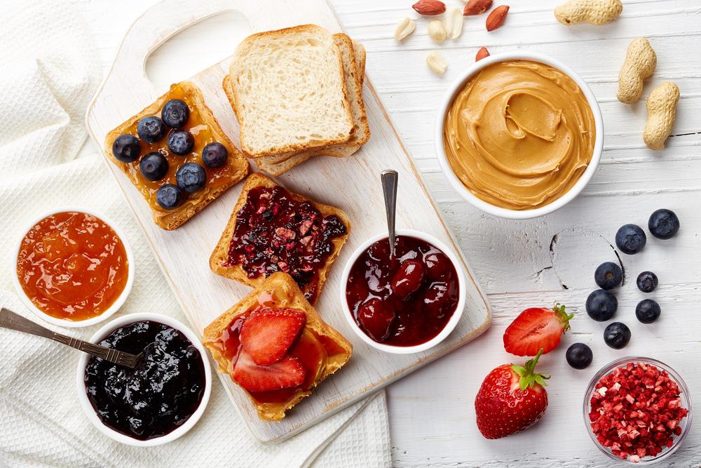 Завтрак: тосты с джемом, ореховой пастой, свежими и сушеными ягодами