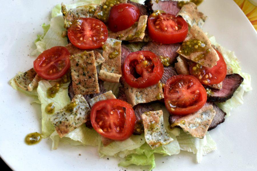Салат с зеленым омлетом и говядиной гриль