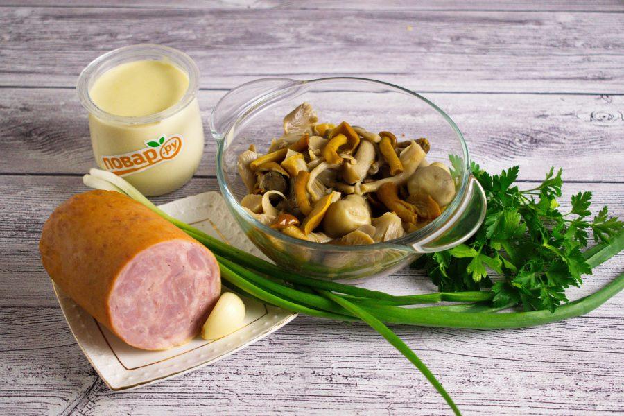 Простой салат с маринованными грибами