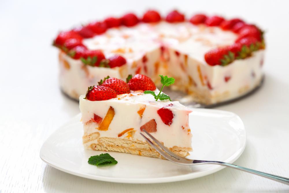 Пирог из йогурта с желе и клубникой
