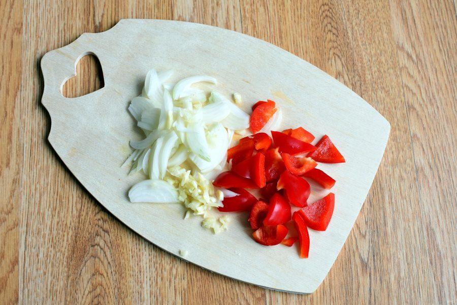 Салат из баклажанов с помидором и перцем