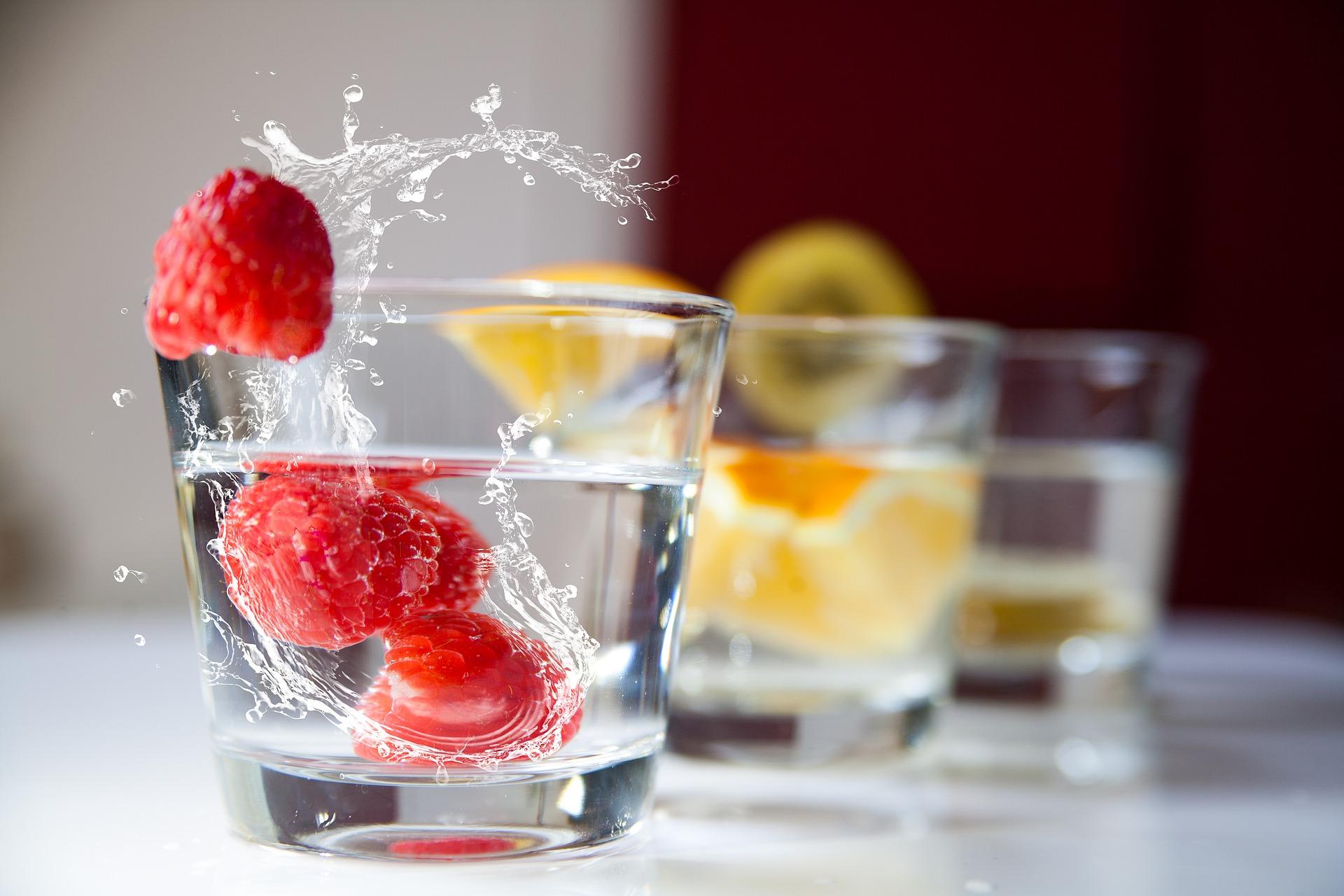 Столовая вода с малиной и лимоном