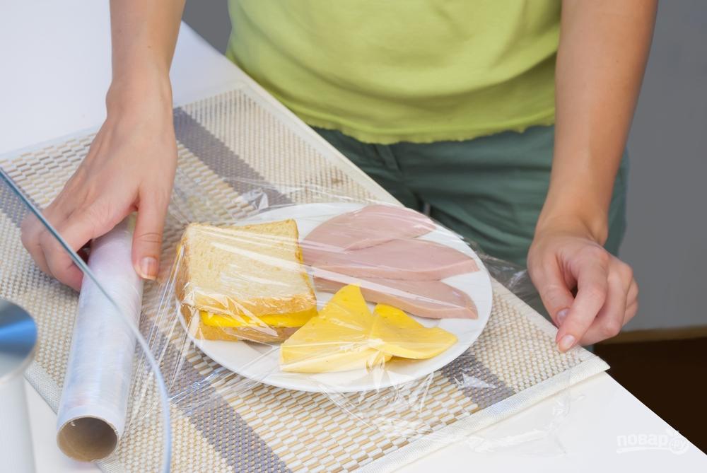 Остатки еды оборачиваем пищевой пленкой и отправляем в холодильник