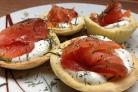 Салат в тарталетках с красной рыбой