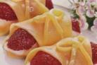 Рулетики из сыра и клубники