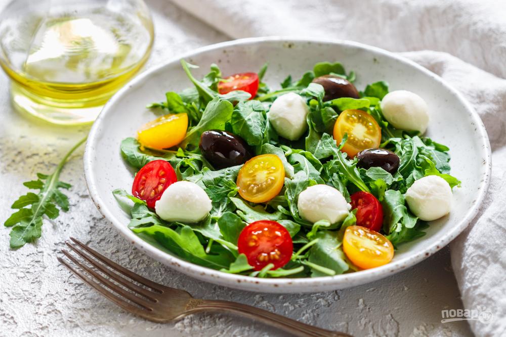 Салат с руколой, помидорами, моцареллой