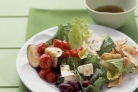 Греческий салат с цуккини и помидорами