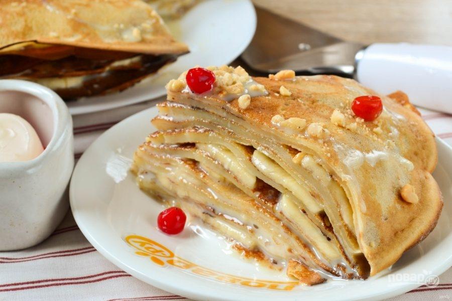 Блинный торт с бананами и орехами