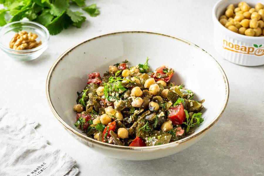 Салат с нутом и морской капустой