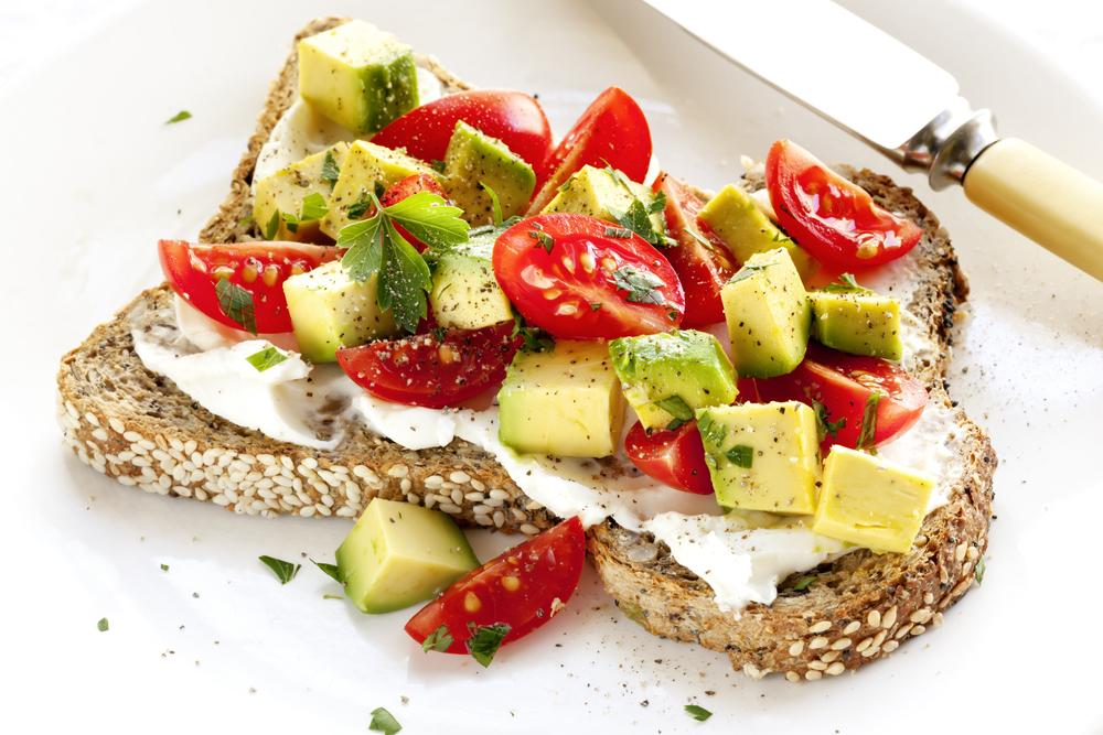 Бутерброд с творожным сыром, авокадо и помидорами-черри