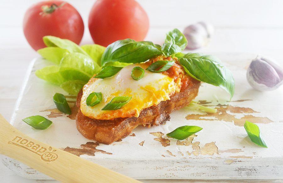 Жареные яйца в томатном соусе с тостами