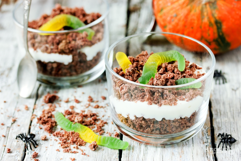 Десерт из шоколада со сливками и червячками