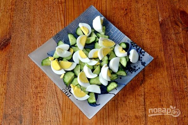 Салат с яйцом, огурцом, зеленым луком и сметаной