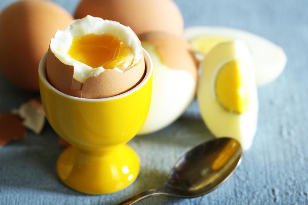 Как варить яйцо всмятку