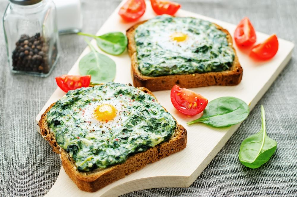 Сэндвич с яйцом и шпинатом